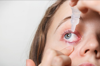 אישה הסובלת מעיניים דומעות